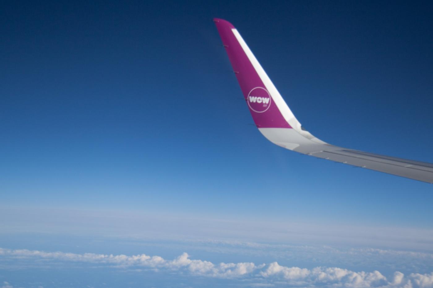 从纽约乘wow班机赴冰岛旅游,从班机的窗口看到:白云翻滚,赏心悦目,堪比黄山之云海 ..._图1-9