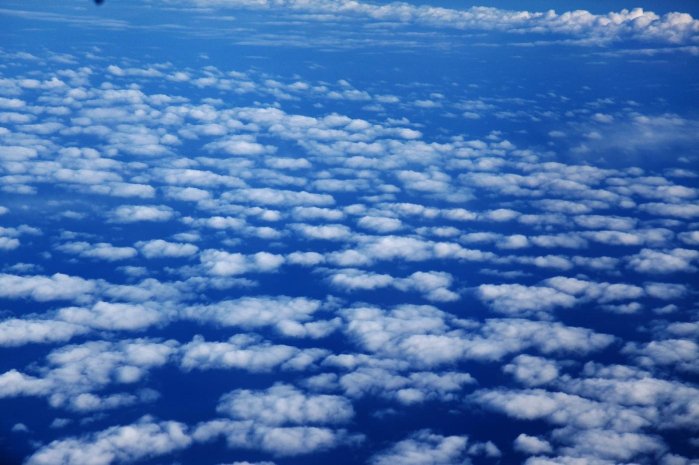 从纽约乘wow班机赴冰岛旅游,从班机的窗口看到:白云翻滚,赏心悦目,堪比黄山之云海 ..._图1-8
