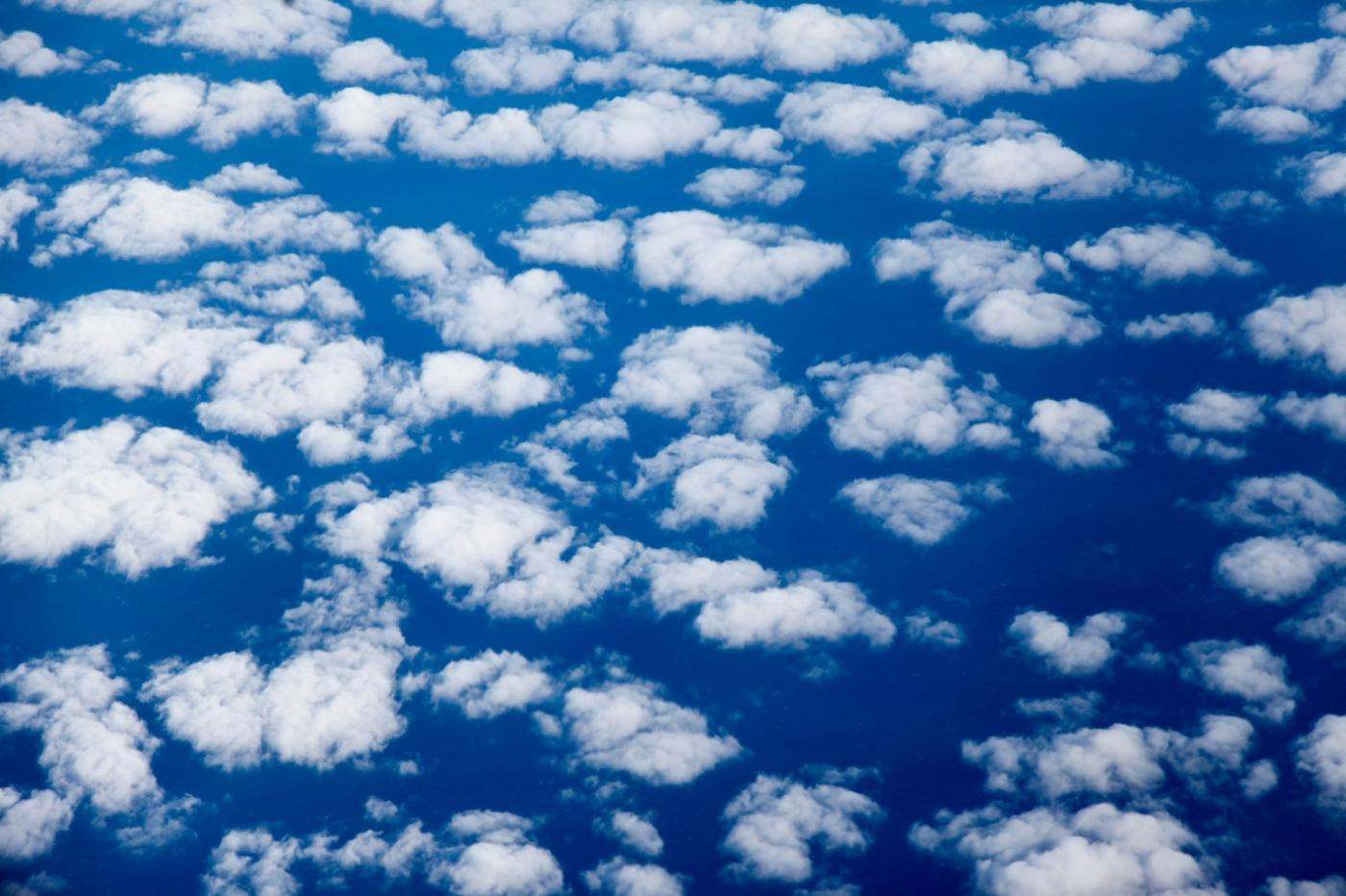 从纽约乘wow班机赴冰岛旅游,从班机的窗口看到:白云翻滚,赏心悦目,堪比黄山之云海 ..._图1-10