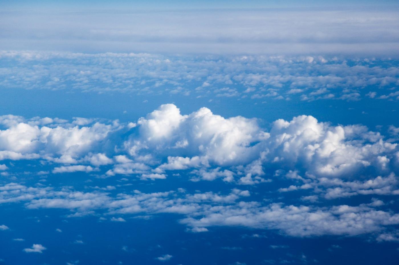 从纽约乘wow班机赴冰岛旅游,从班机的窗口看到:白云翻滚,赏心悦目,堪比黄山之云海 ..._图1-11