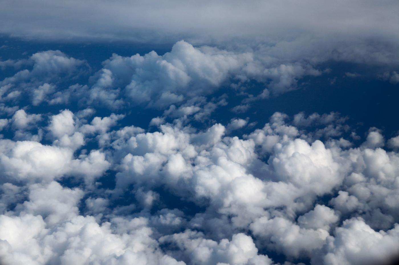 从纽约乘wow班机赴冰岛旅游,从班机的窗口看到:白云翻滚,赏心悦目,堪比黄山之云海 ..._图1-12
