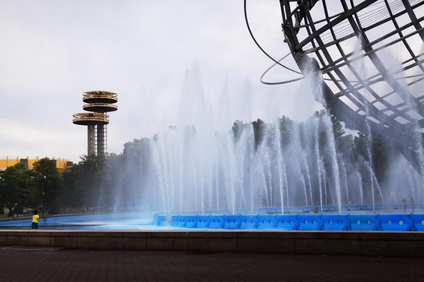 炎夏的可乐娜公园地球仪喷水池,是法拉盛周边居民休闲,娱乐的好地方 ..._图1-3