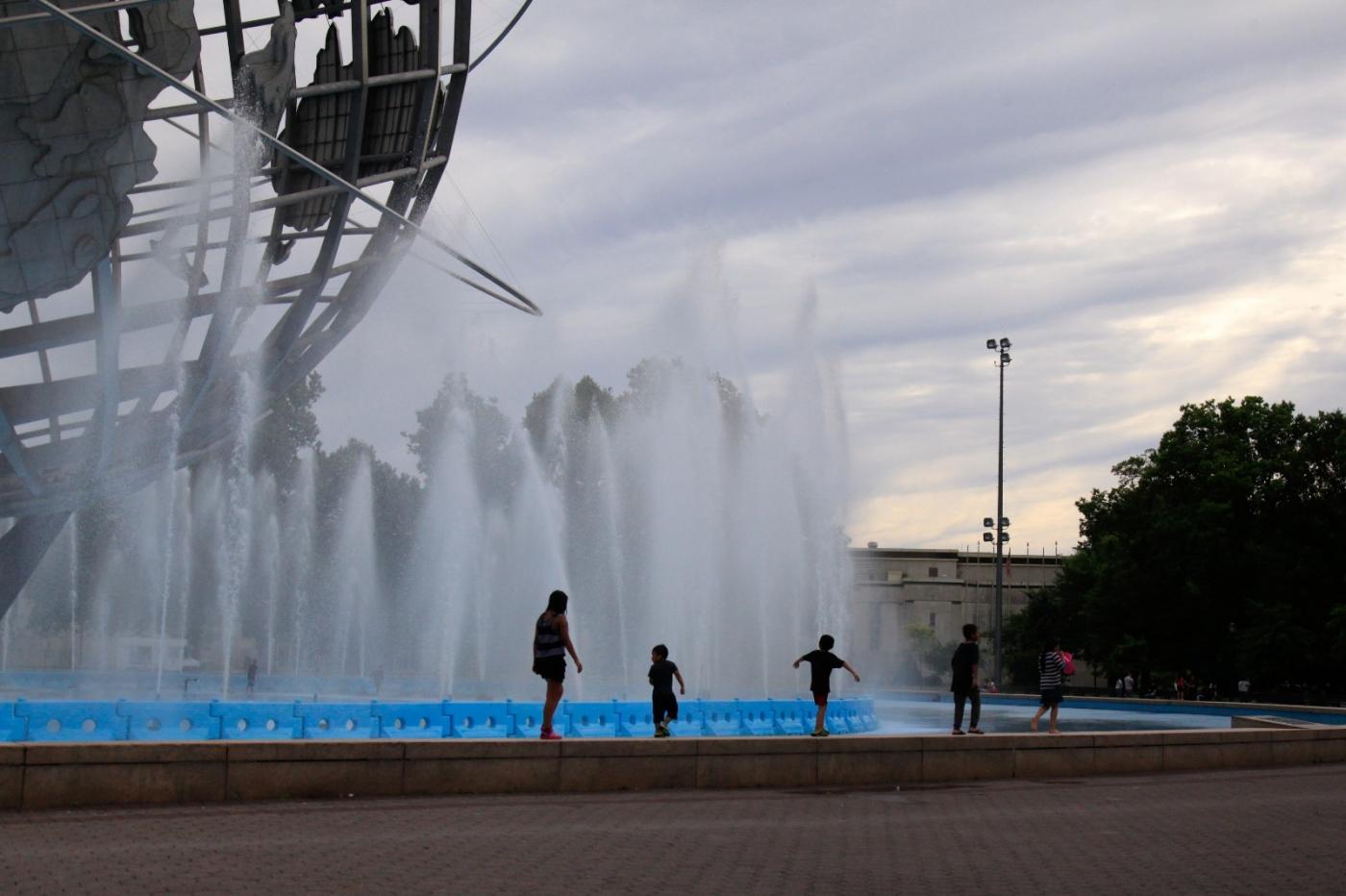 炎夏的可乐娜公园地球仪喷水池,是法拉盛周边居民休闲,娱乐的好地方 ..._图1-2
