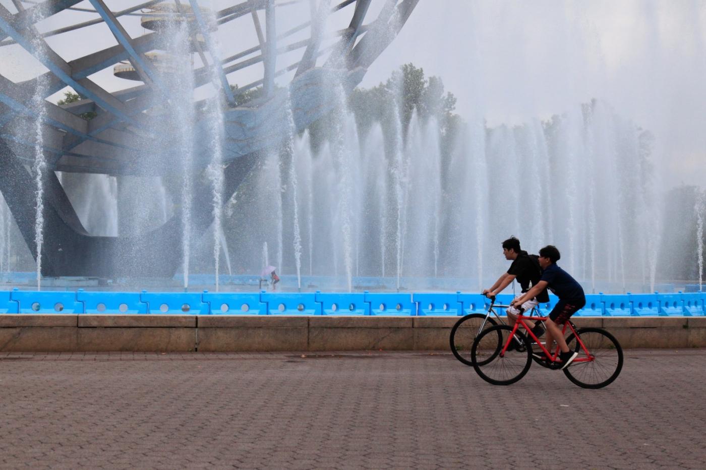 炎夏的可乐娜公园地球仪喷水池,是法拉盛周边居民休闲,娱乐的好地方 ..._图1-13