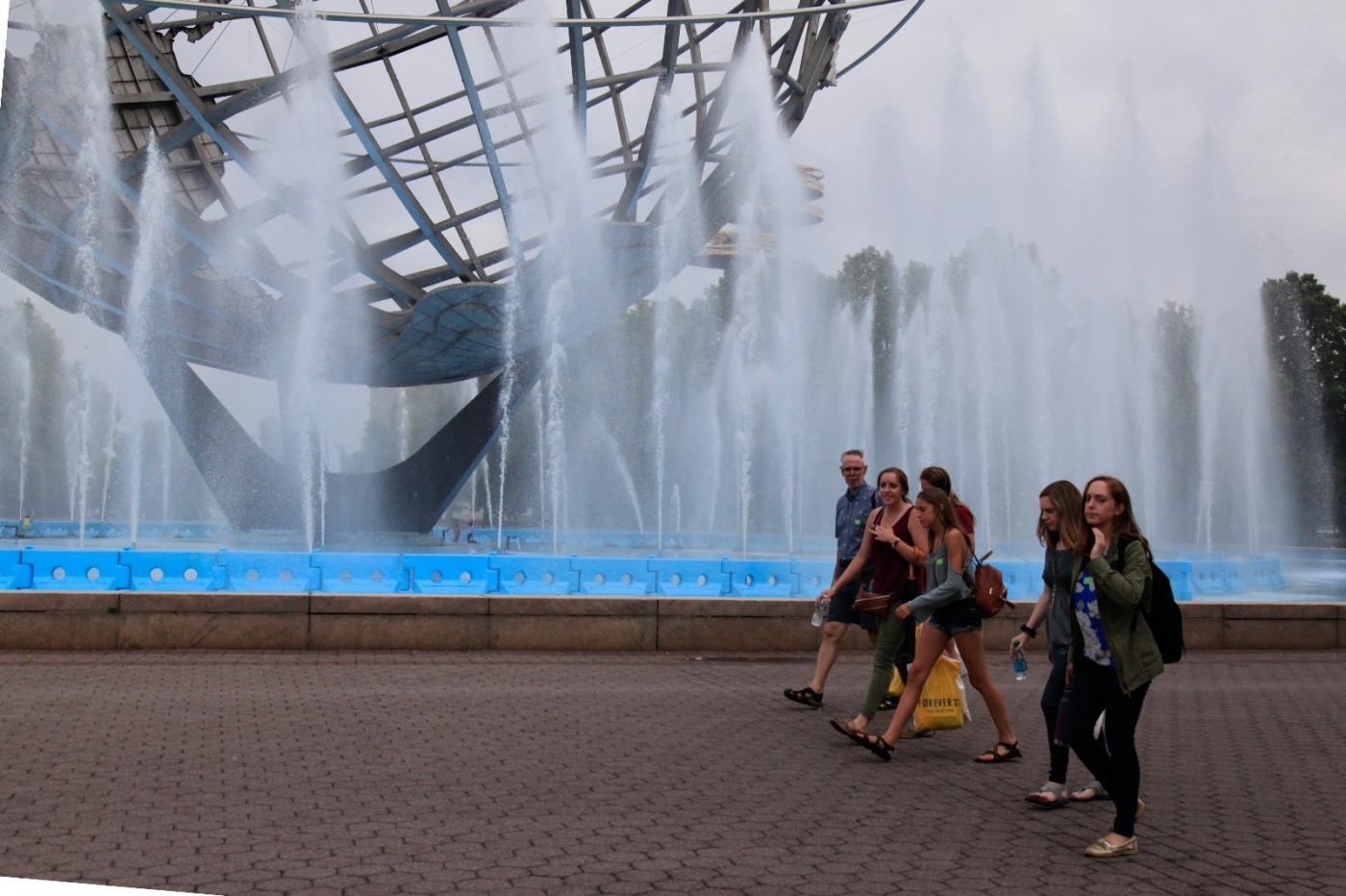 炎夏的可乐娜公园地球仪喷水池,是法拉盛周边居民休闲,娱乐的好地方 ..._图1-4