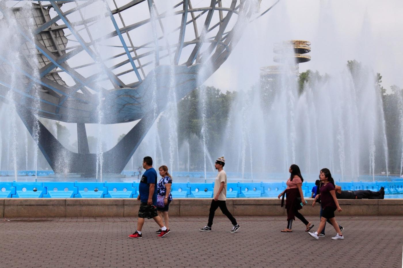 炎夏的可乐娜公园地球仪喷水池,是法拉盛周边居民休闲,娱乐的好地方 ..._图1-6