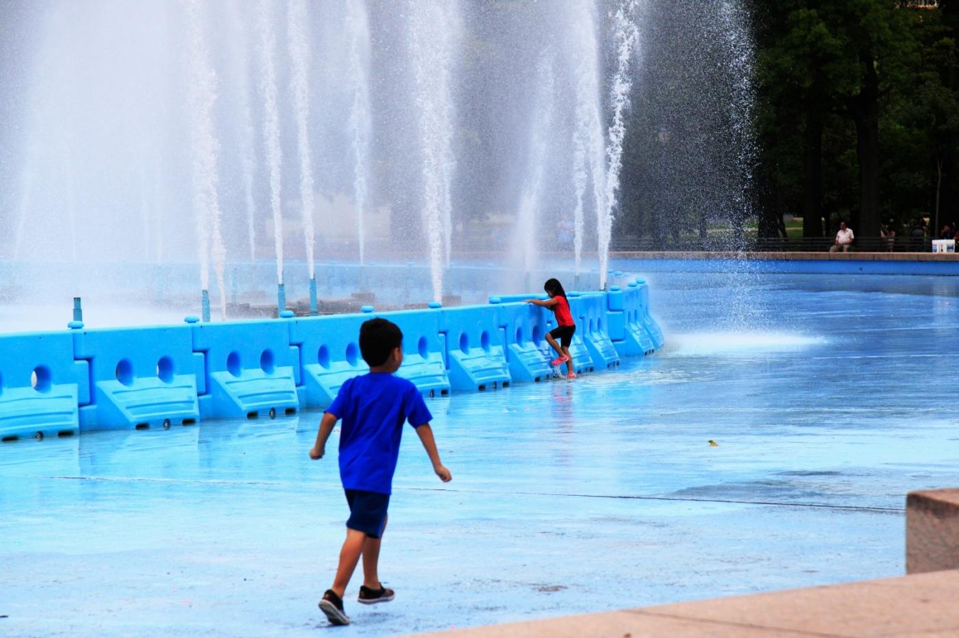 炎夏的可乐娜公园地球仪喷水池,是法拉盛周边居民休闲,娱乐的好地方 ..._图1-9