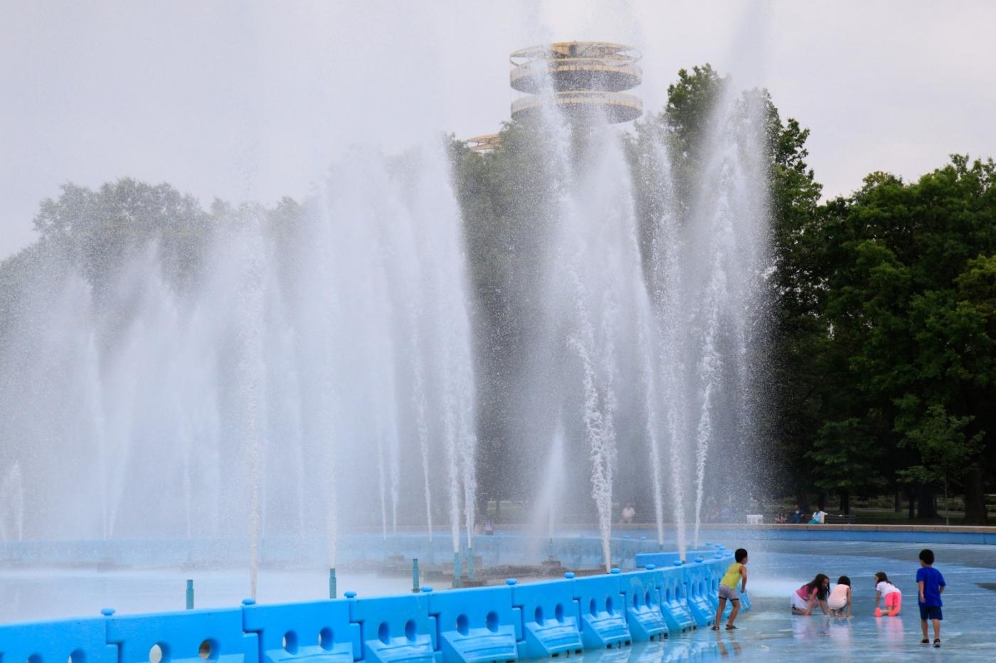 炎夏的可乐娜公园地球仪喷水池,是法拉盛周边居民休闲,娱乐的好地方 ..._图1-11