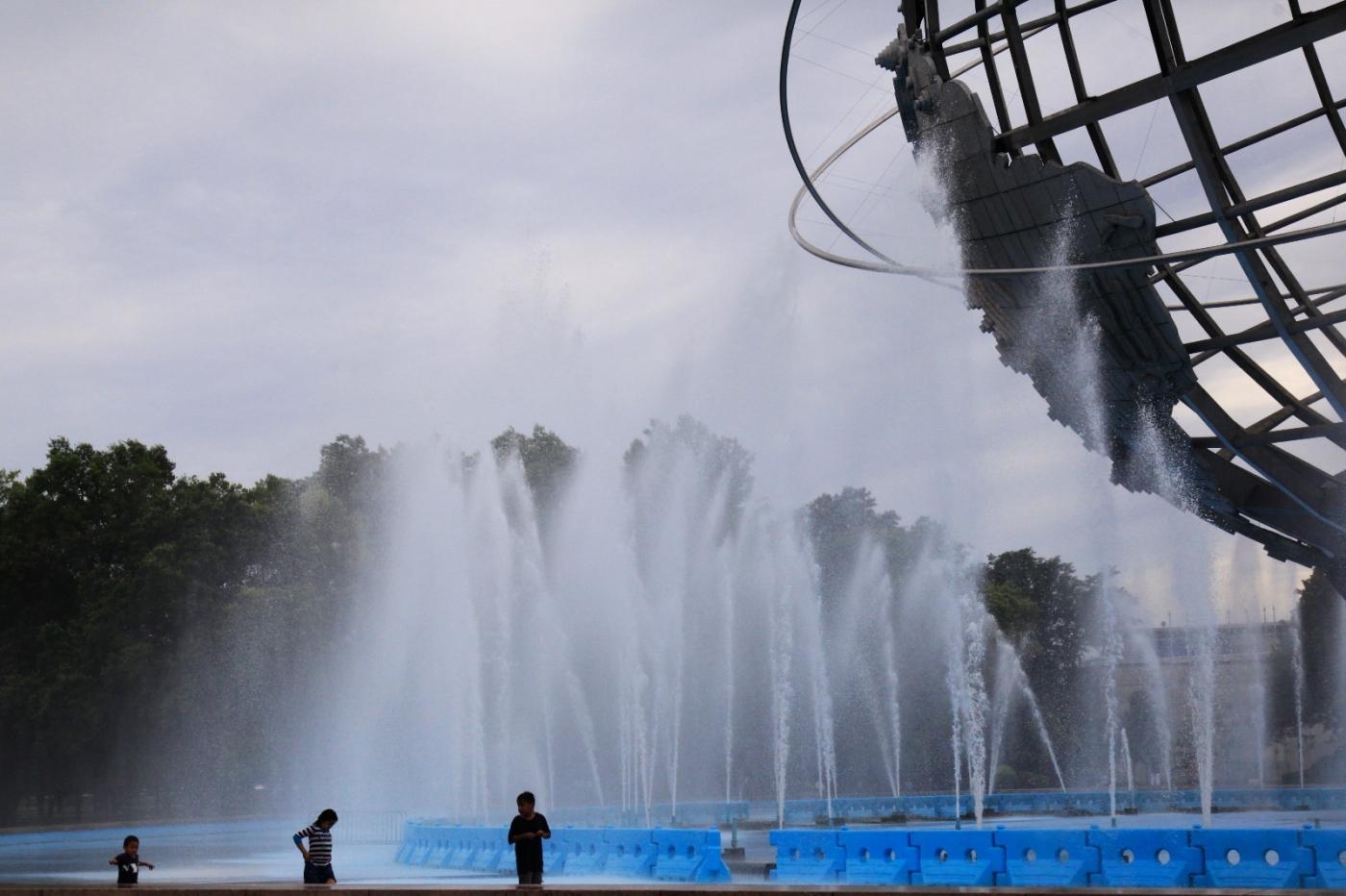 炎夏的可乐娜公园地球仪喷水池,是法拉盛周边居民休闲,娱乐的好地方 ..._图1-12