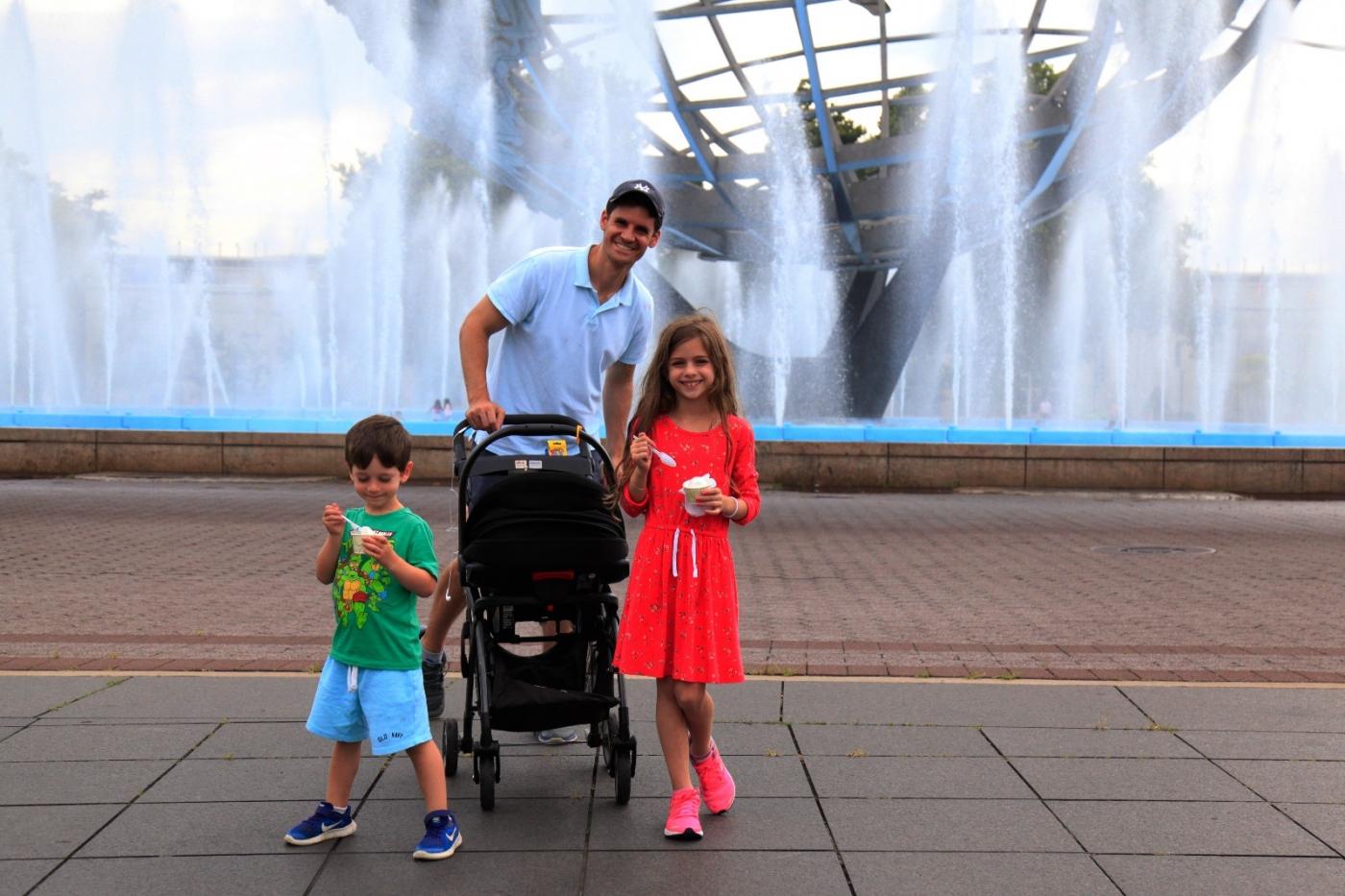 炎夏的可乐娜公园地球仪喷水池,是法拉盛周边居民休闲,娱乐的好地方 ..._图1-1