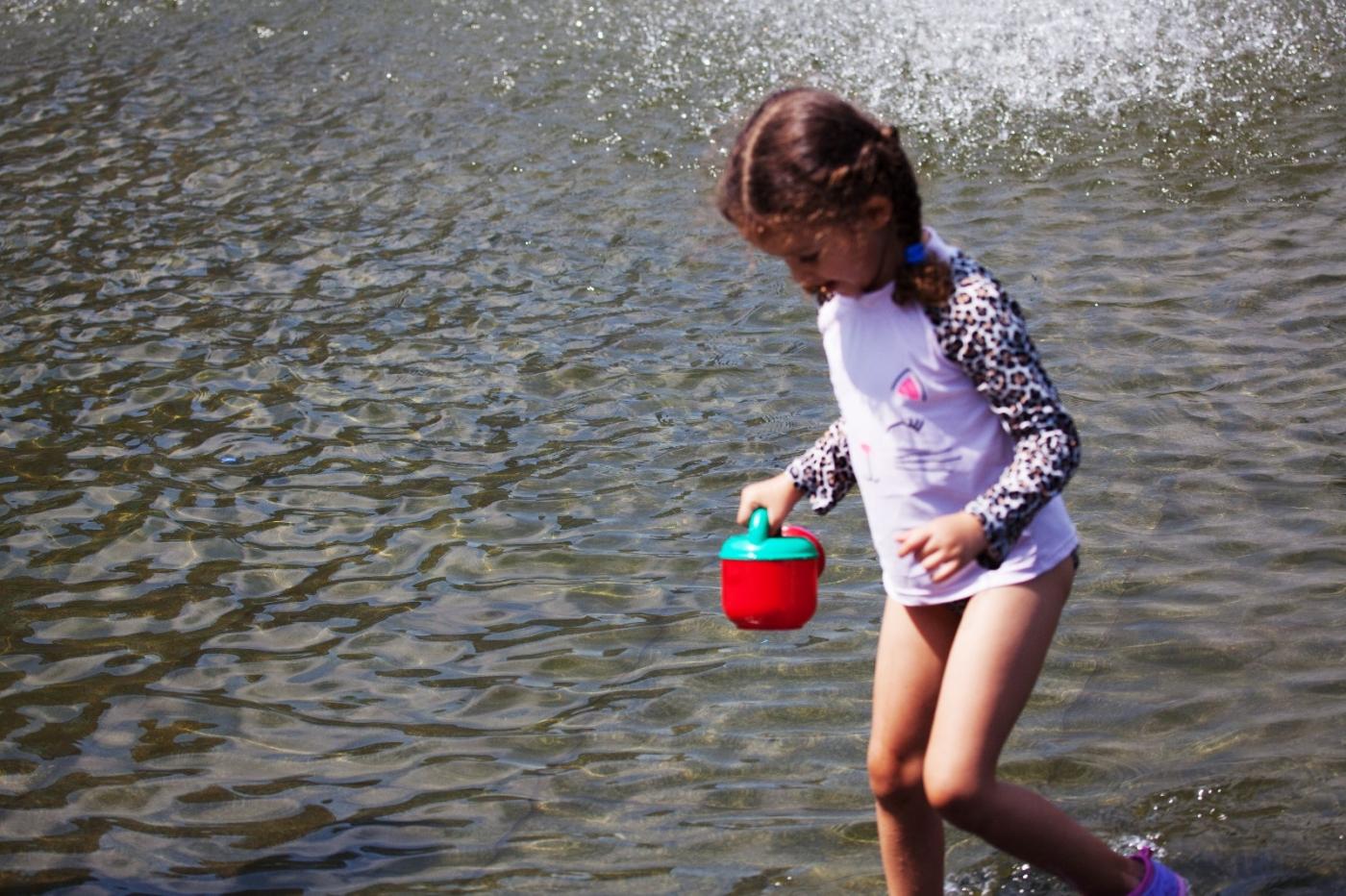在喷水池中戏水的小孩,天真活泼(摄于纽约华盛顿广场喷水池) ... ... ..._图1-2