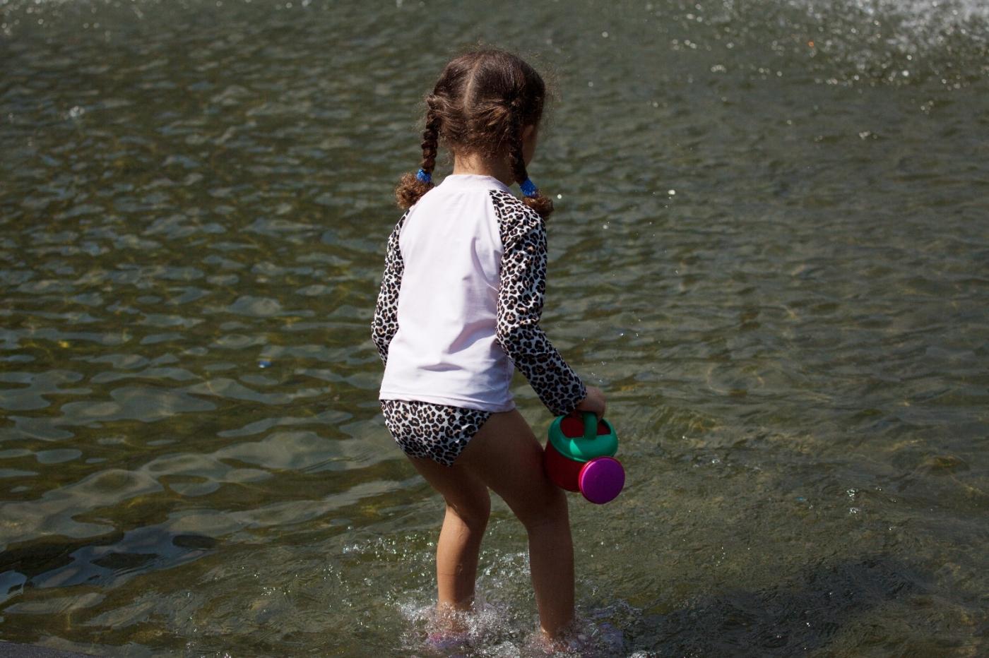 在喷水池中戏水的小孩,天真活泼(摄于纽约华盛顿广场喷水池) ... ... ..._图1-3