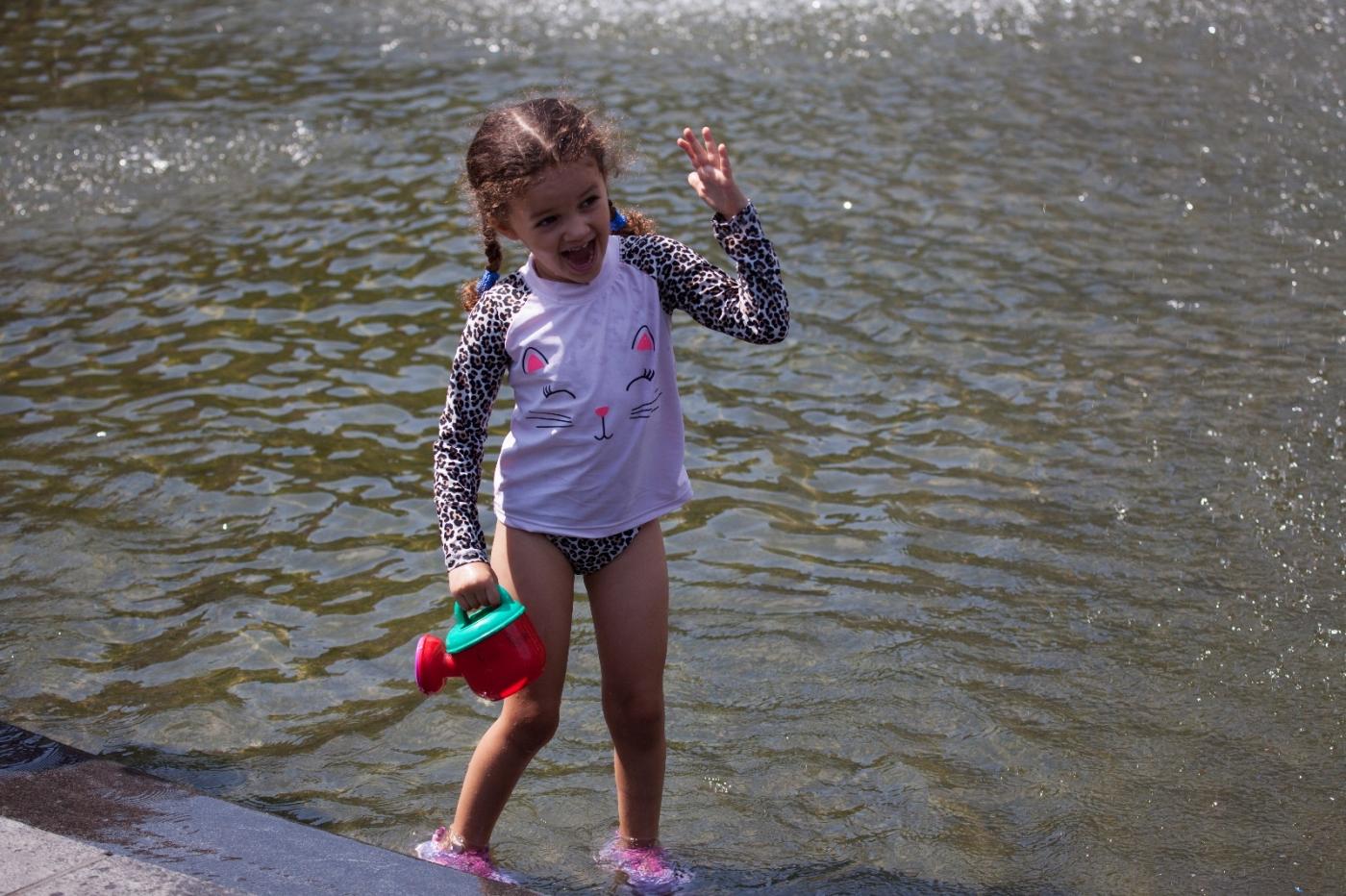 在喷水池中戏水的小孩,天真活泼(摄于纽约华盛顿广场喷水池) ... ... ..._图1-4