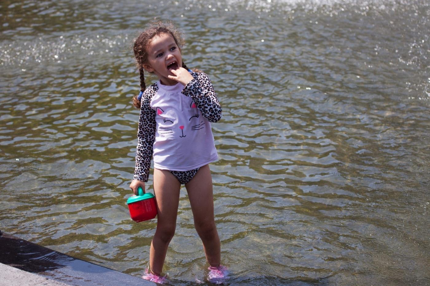 在喷水池中戏水的小孩,天真活泼(摄于纽约华盛顿广场喷水池) ... ... ..._图1-6