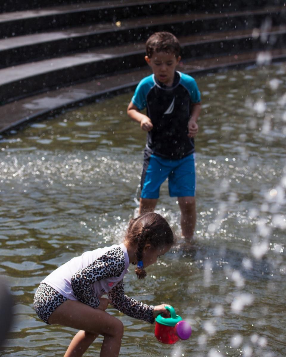 在喷水池中戏水的小孩,天真活泼(摄于纽约华盛顿广场喷水池) ... ... ..._图1-5