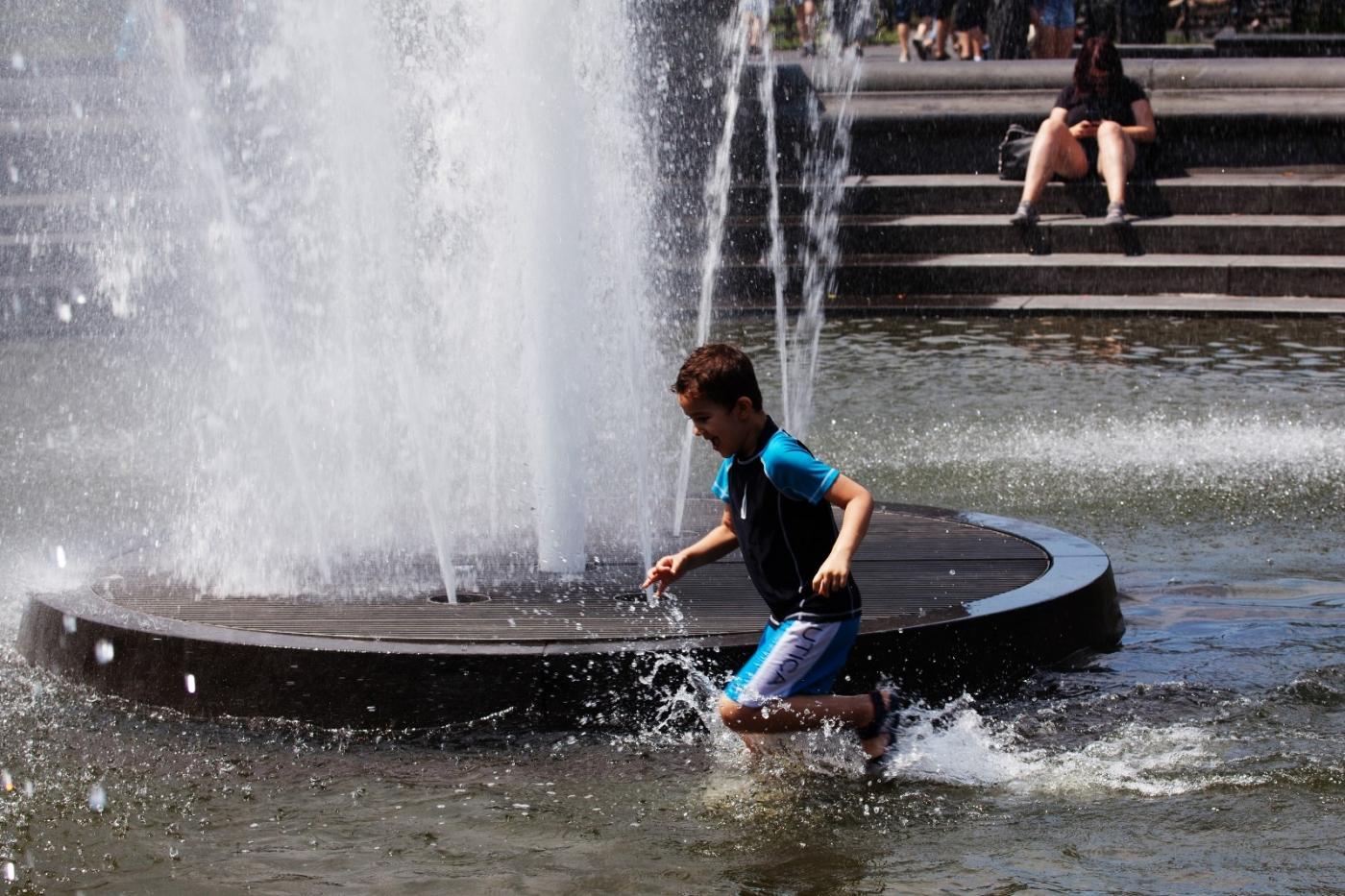 在喷水池中戏水的小孩,天真活泼(摄于纽约华盛顿广场喷水池) ... ... ..._图1-1