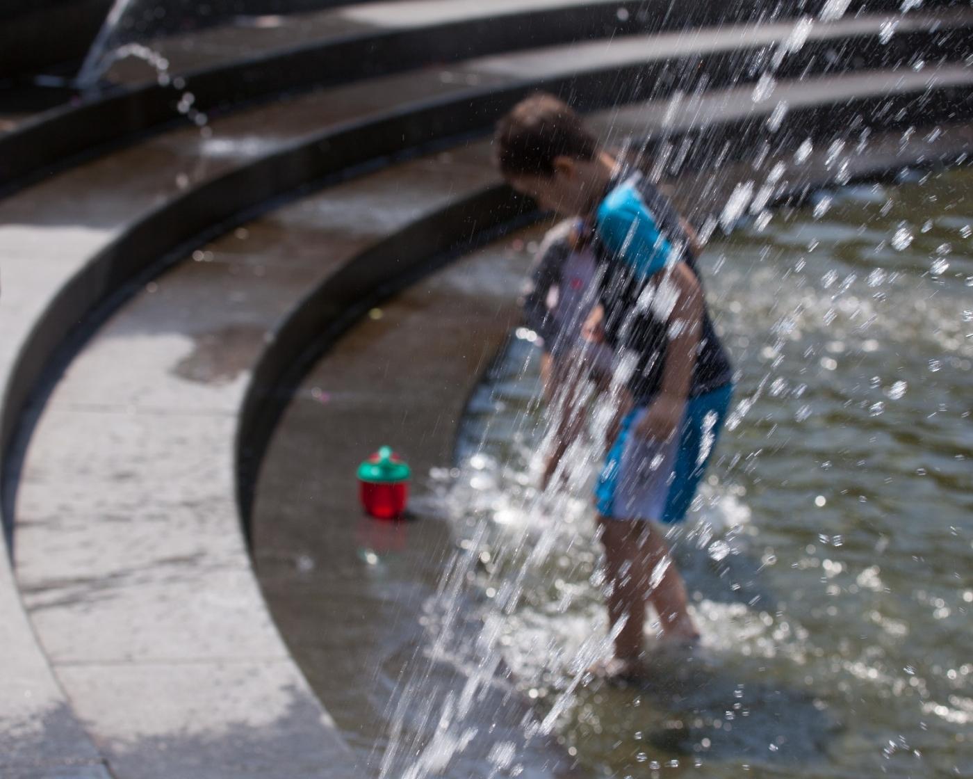 在喷水池中戏水的小孩,天真活泼(摄于纽约华盛顿广场喷水池) ... ... ..._图1-8