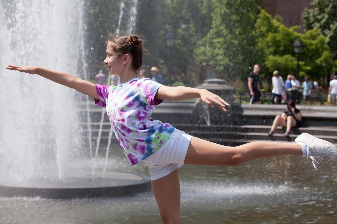 在喷水池中戏水的小孩,天真活泼(摄于纽约华盛顿广场喷水池) ... ... ..._图1-9