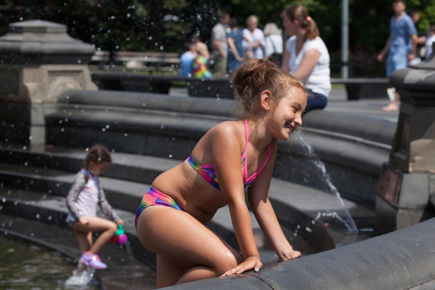 在喷水池中戏水的小孩,天真活泼(摄于纽约华盛顿广场喷水池) ... ... ..._图1-10