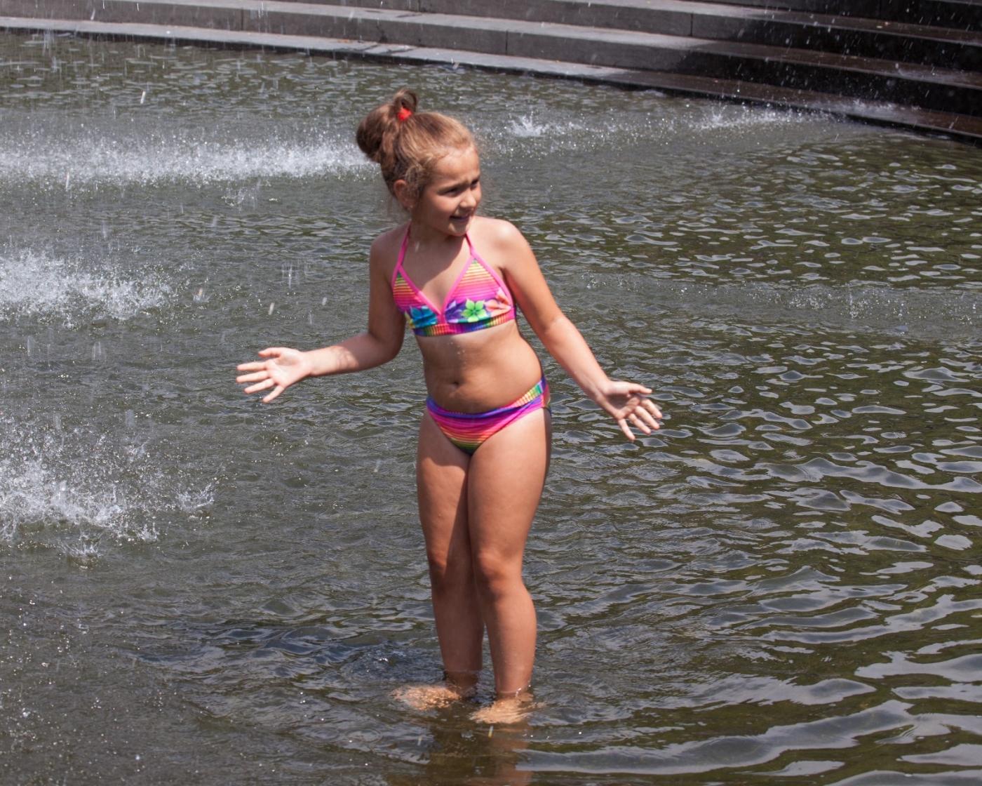 在喷水池中戏水的小孩,天真活泼(摄于纽约华盛顿广场喷水池) ... ... ..._图1-11