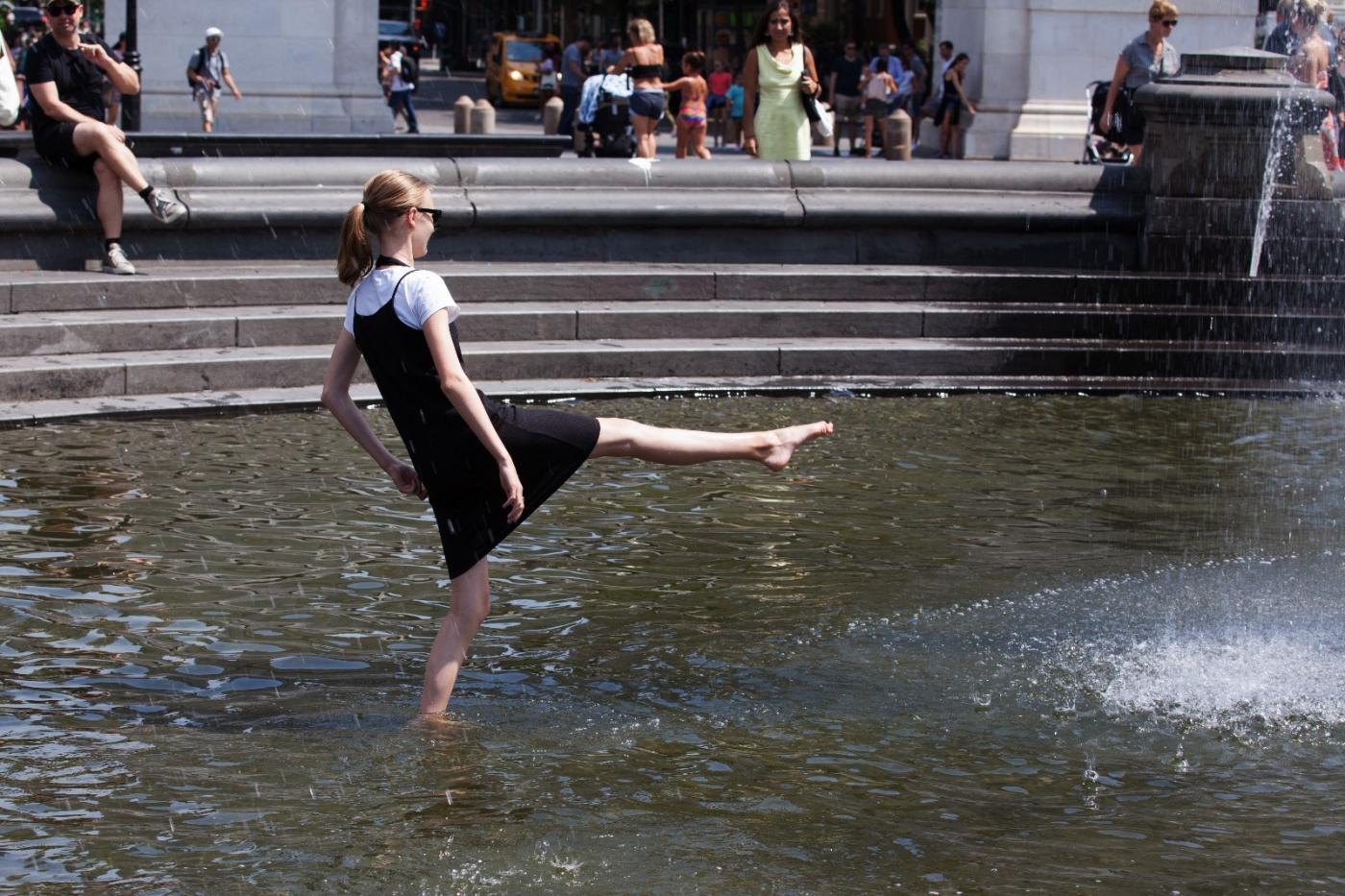 在喷水池中戏水的小孩,天真活泼(摄于纽约华盛顿广场喷水池) ... ... ..._图1-14