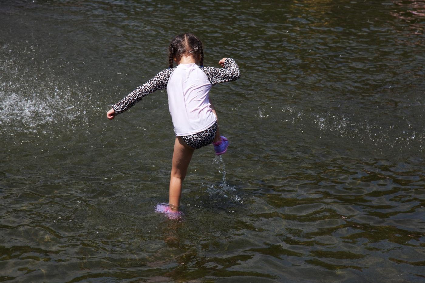 在喷水池中戏水的小孩,天真活泼(摄于纽约华盛顿广场喷水池) ... ... ..._图1-16