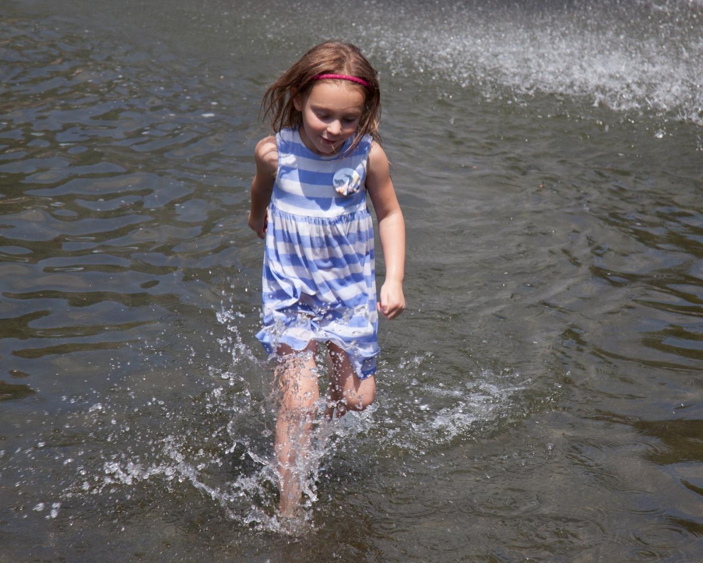 在喷水池中戏水的小孩,天真活泼(摄于纽约华盛顿广场喷水池) ... ... ..._图1-17