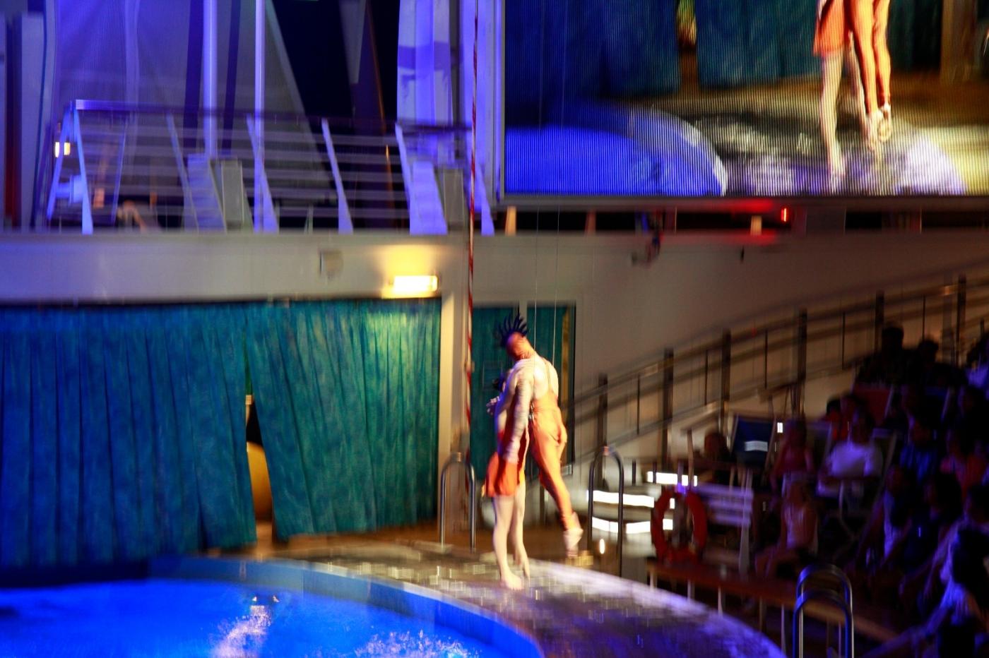 在海洋绿洲号游轮观看高台跳水秀_图1-2