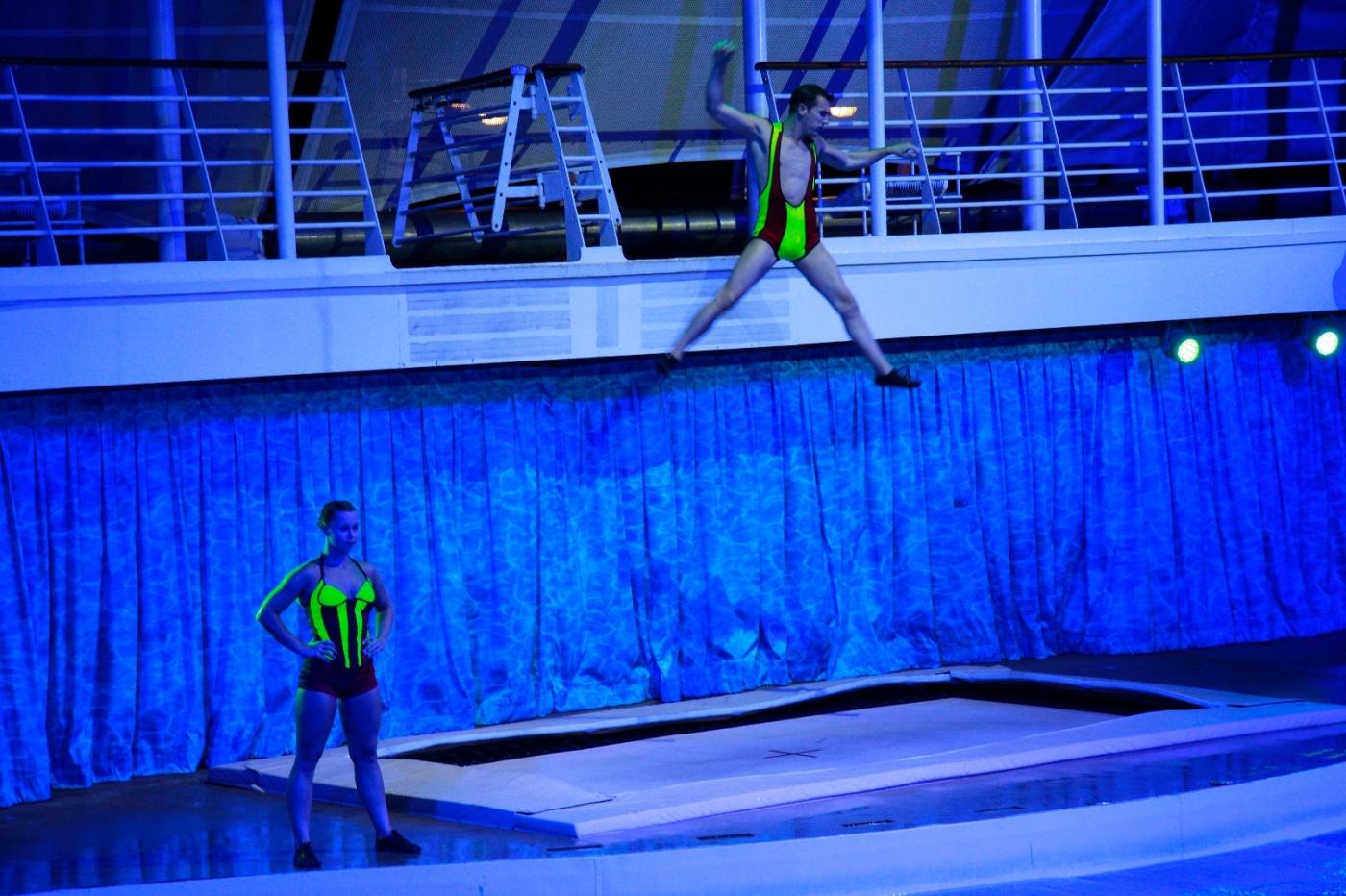 在海洋绿洲号游轮观看高台跳水秀_图1-12