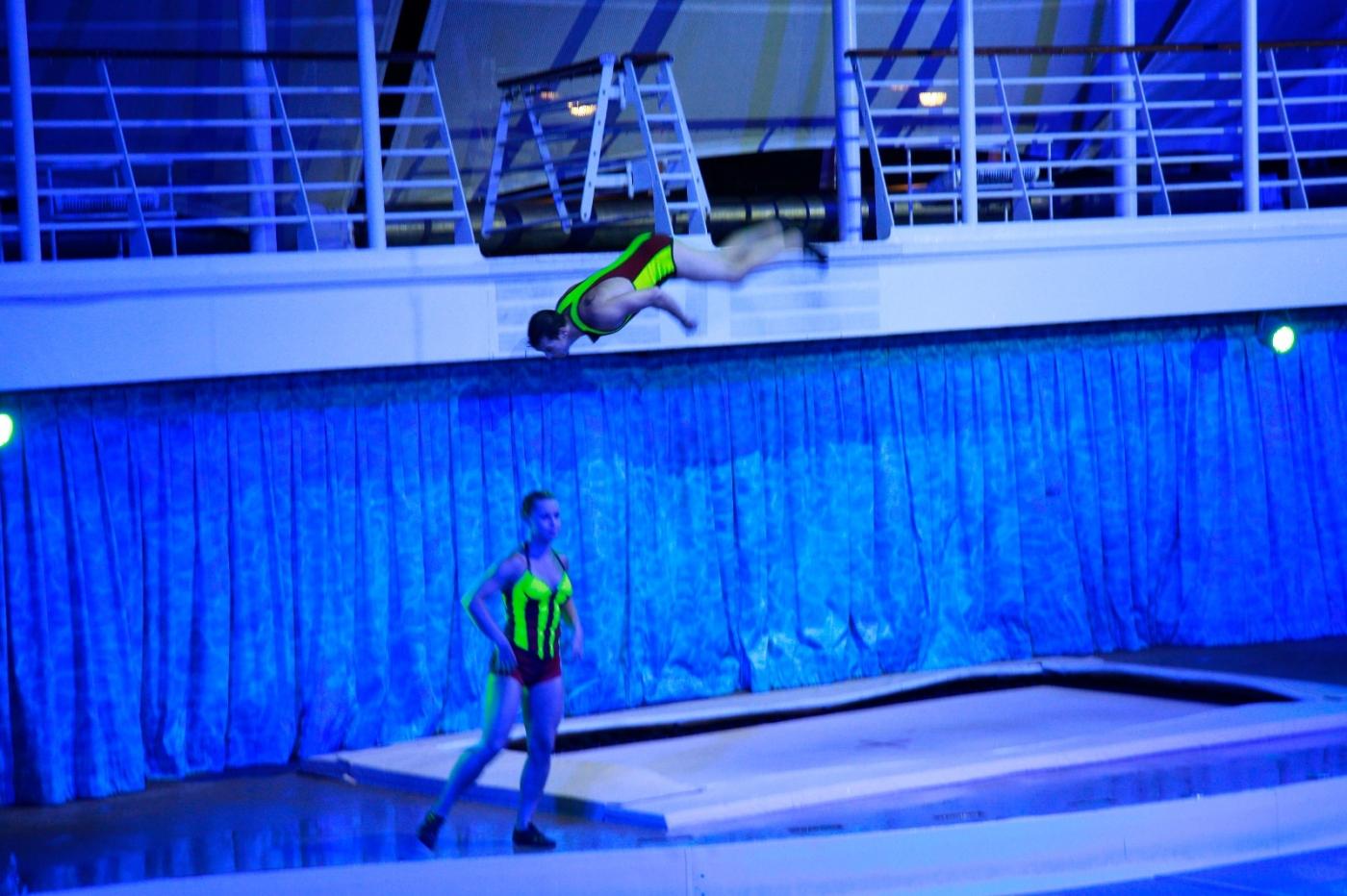 在海洋绿洲号游轮观看高台跳水秀_图1-11