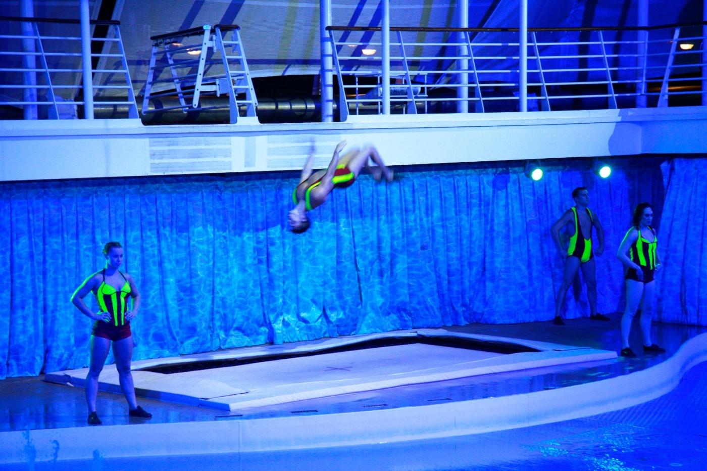 在海洋绿洲号游轮观看高台跳水秀_图1-13