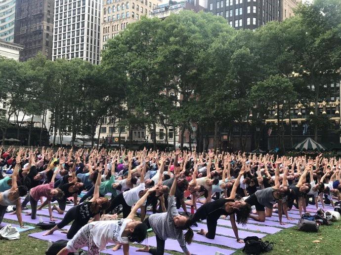 """高娓娓:美国人跳什么""""广场舞""""?一千人一起练瑜伽你见过吗? ..._图1-1"""