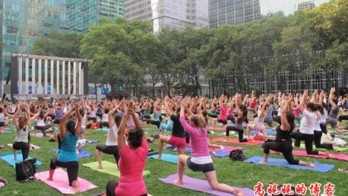 """高娓娓:美国人跳什么""""广场舞""""?一千人一起练瑜伽你见过吗? ..._图1-2"""