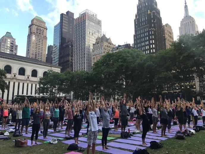 """高娓娓:美国人跳什么""""广场舞""""?一千人一起练瑜伽你见过吗? ..._图1-3"""