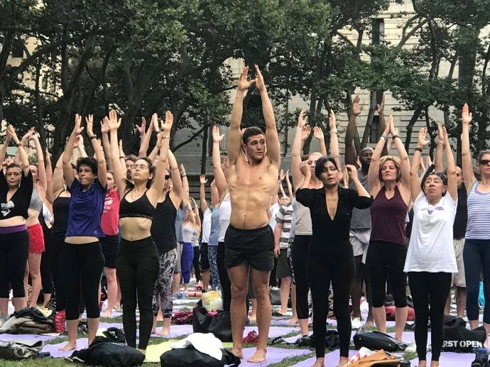 """高娓娓:美国人跳什么""""广场舞""""?一千人一起练瑜伽你见过吗? ..._图1-7"""