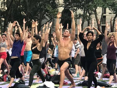 """高娓娓:美国人跳什么""""广场舞""""?一千人一起练瑜伽你见过吗? ..._图1-8"""