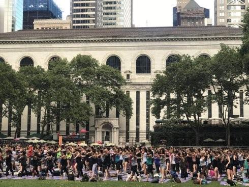 """高娓娓:美国人跳什么""""广场舞""""?一千人一起练瑜伽你见过吗? ..._图1-10"""