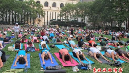 """高娓娓:美国人跳什么""""广场舞""""?一千人一起练瑜伽你见过吗? ..._图1-12"""