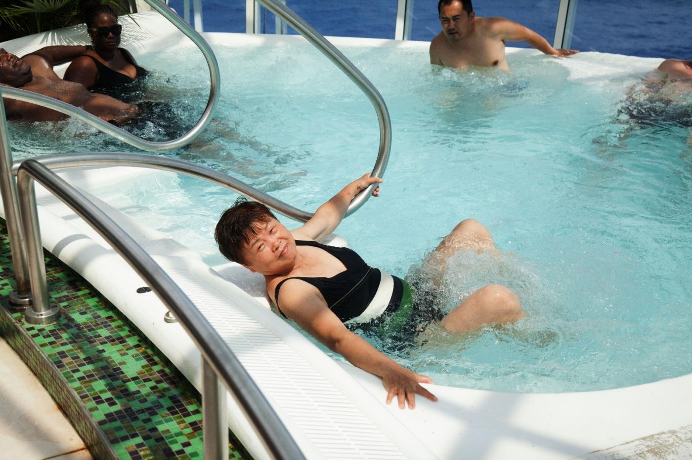 在游轮泳池泡水,观看冲浪表演_图1-4