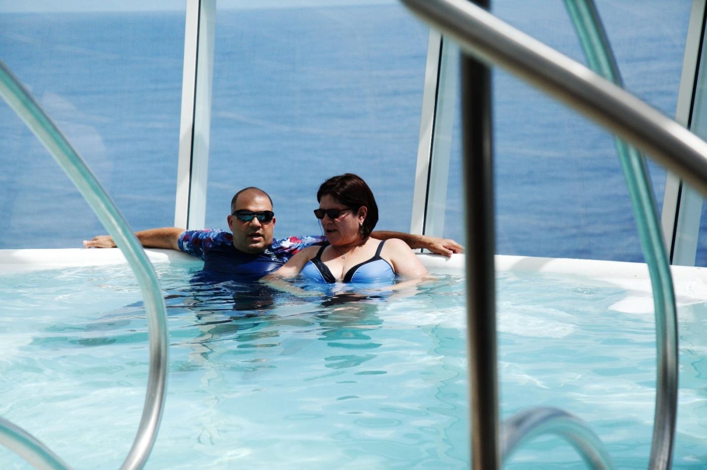 在游轮泳池泡水,观看冲浪表演_图1-5
