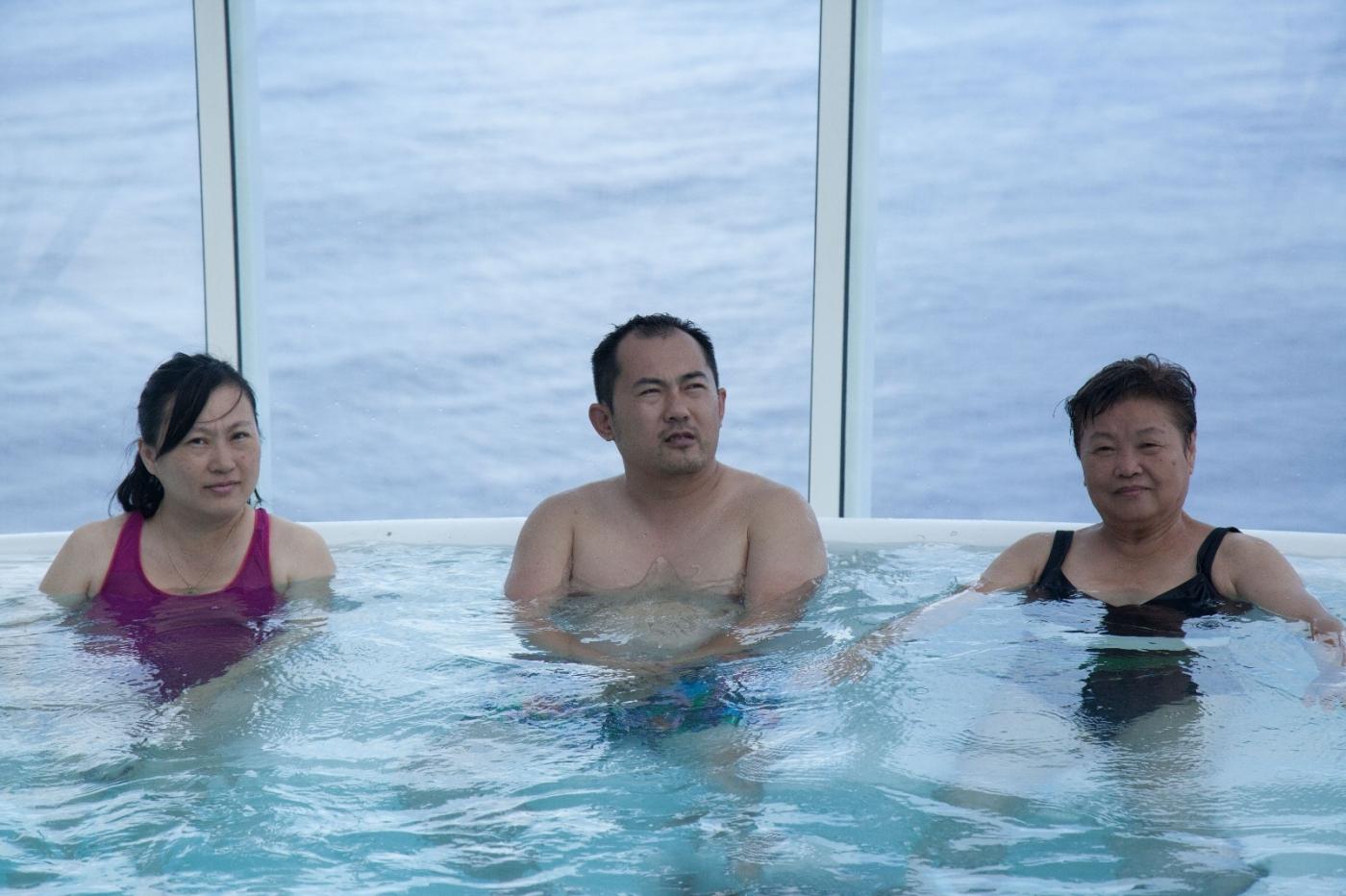 在游轮泳池泡水,观看冲浪表演_图1-6