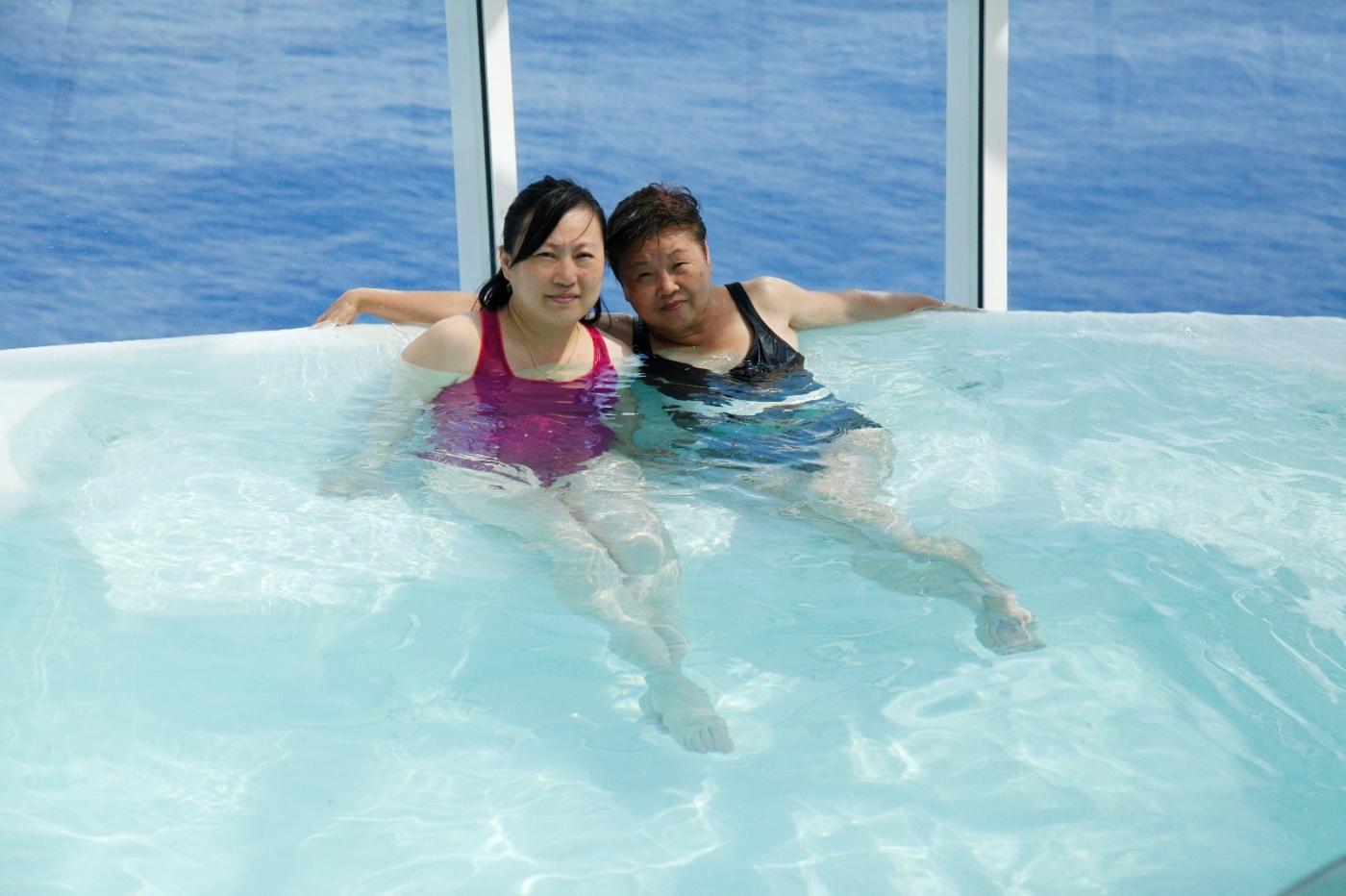 在游轮泳池泡水,观看冲浪表演_图1-7