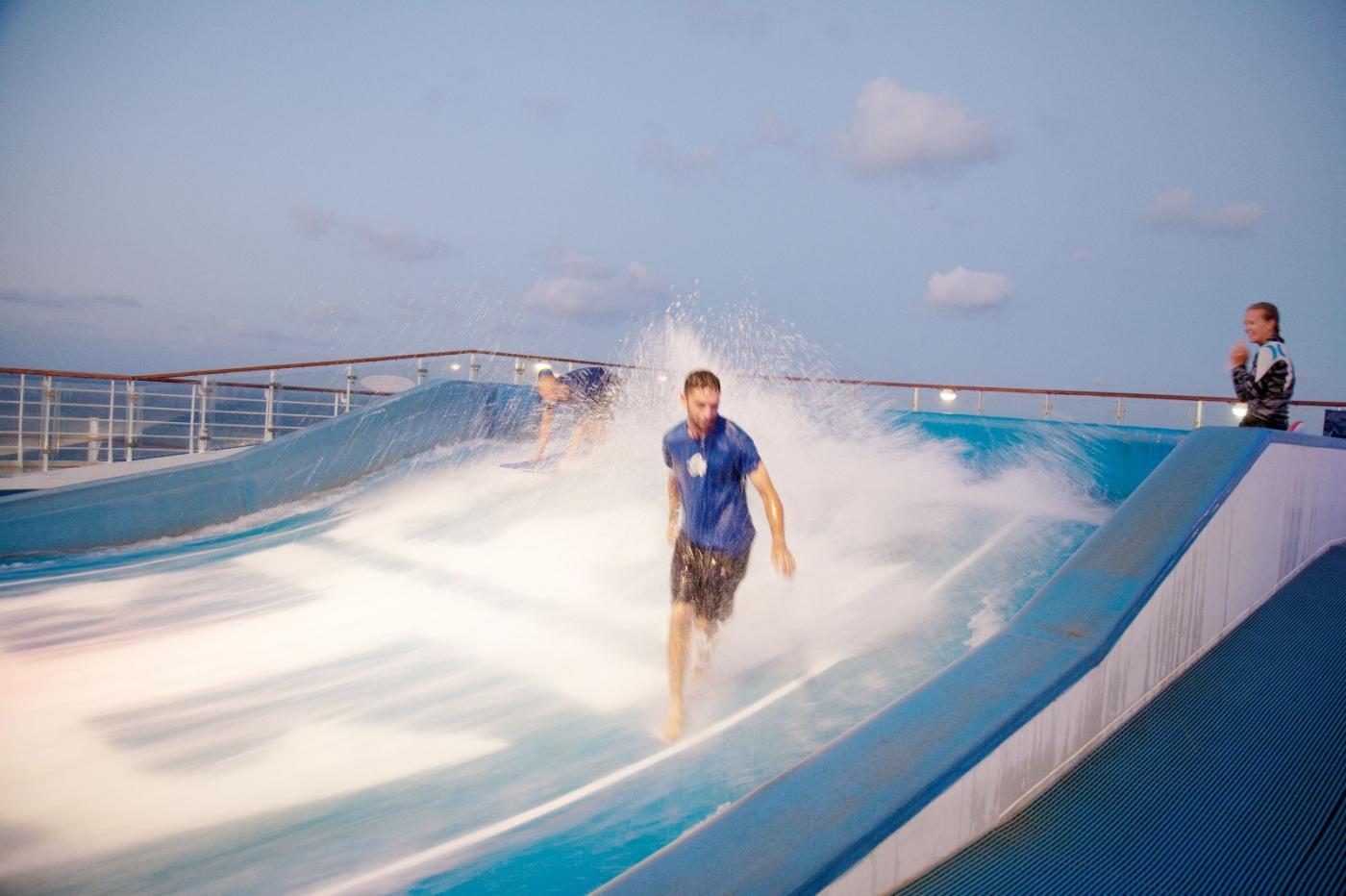 在游轮泳池泡水,观看冲浪表演_图1-8