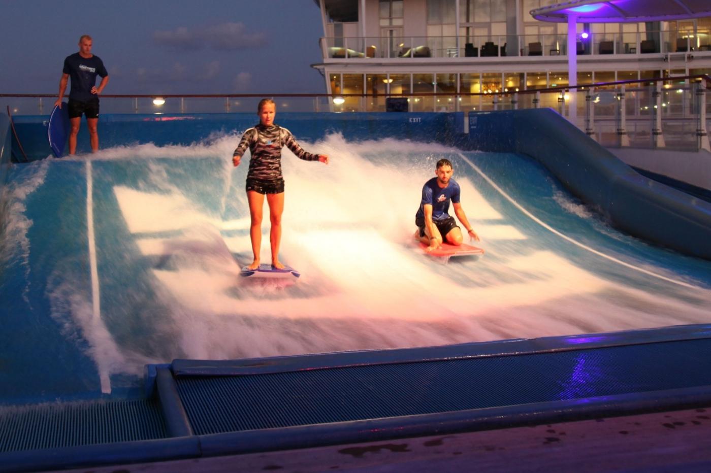 在游轮泳池泡水,观看冲浪表演_图1-11