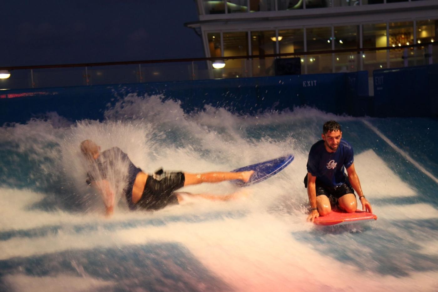 在游轮泳池泡水,观看冲浪表演_图1-12
