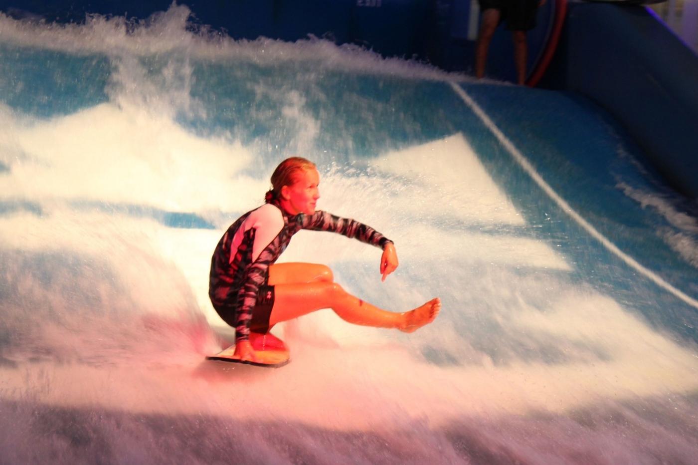 在游轮泳池泡水,观看冲浪表演_图1-14