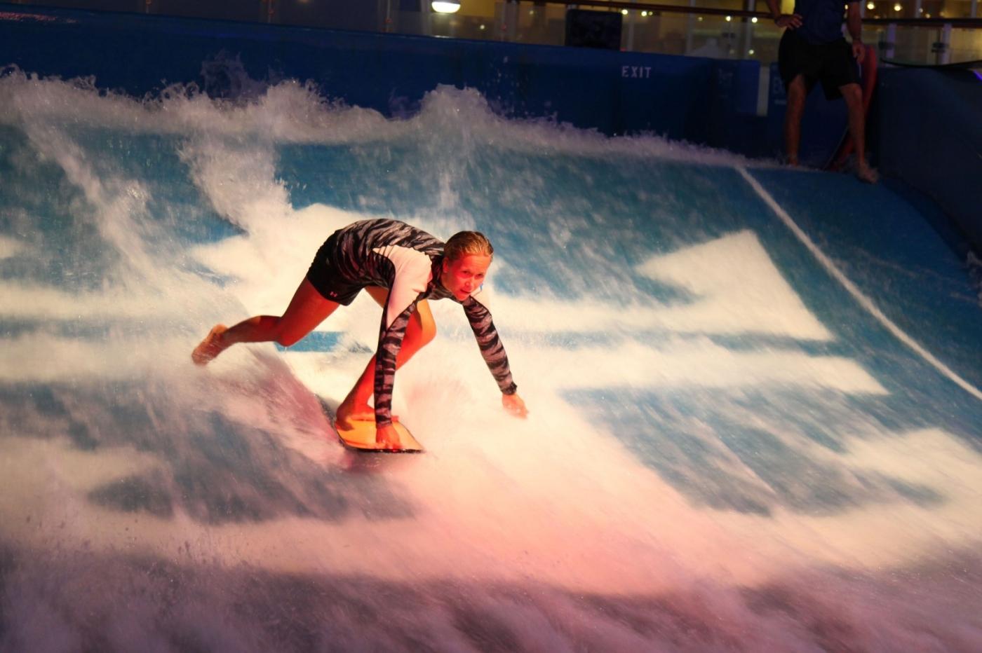 在游轮泳池泡水,观看冲浪表演_图1-15