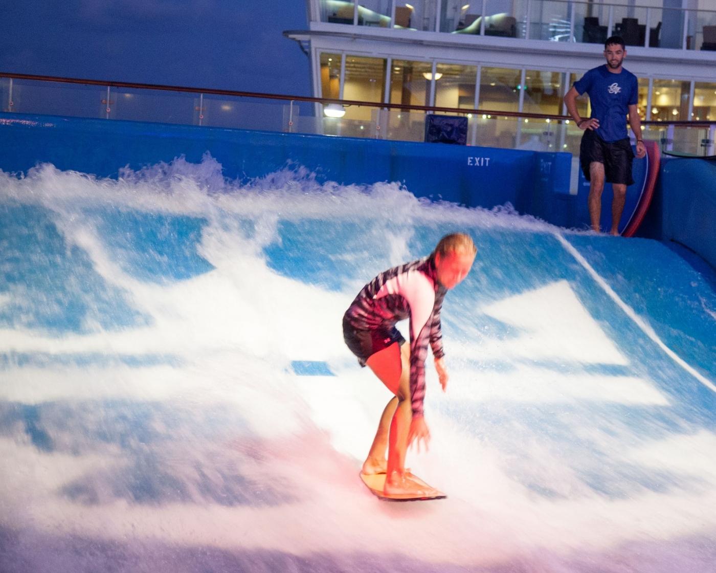 在游轮泳池泡水,观看冲浪表演_图1-16