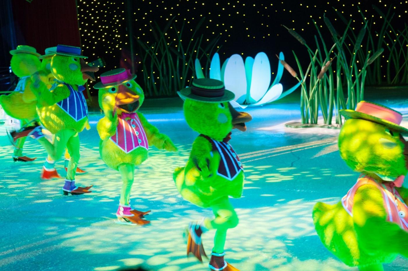 在海洋绿洲号游轮,观看冰上芭蕾,花样溜冰专场演出_图1-4