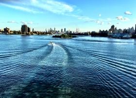 回头一瞅 美在东河 Manhattan East River